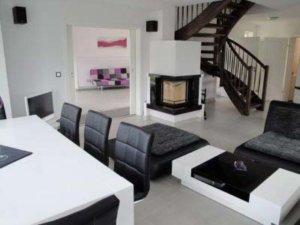 Luxus Ferienhaus Rügen für 6 Personen in Lobbe - Wohnzimmer mit Kamin